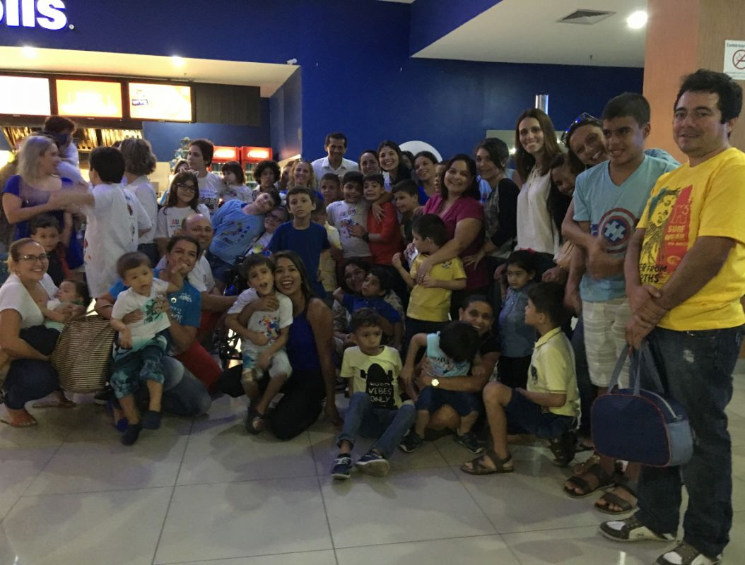 Sessão de cinema ajuda na socialização de crianças com autismo