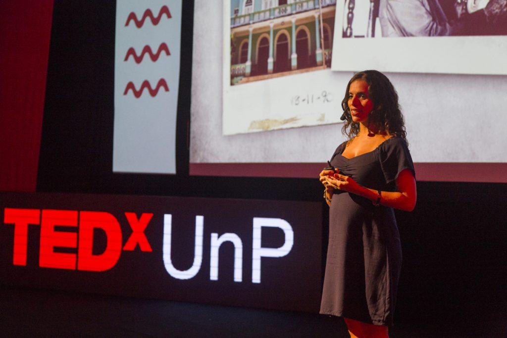 Carolina Damásio durante apresentação do Projeto Arte de Nascer. Foto: Alex Fernandes - Divulgação TEDx UnP