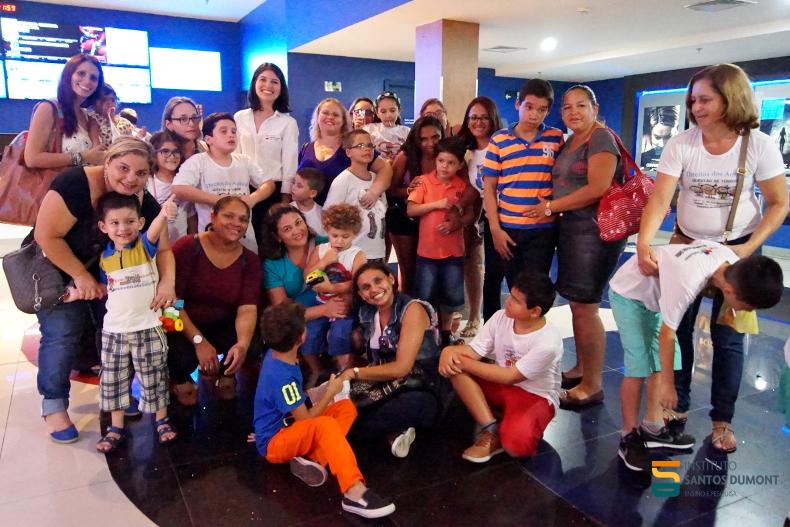 Pacientes do ambulatório de Transtorno do Espectro Autista e profissionais de saúde do CEPS com a organizadora do evento, Rochelle Elias (de óculos, à esquerda).