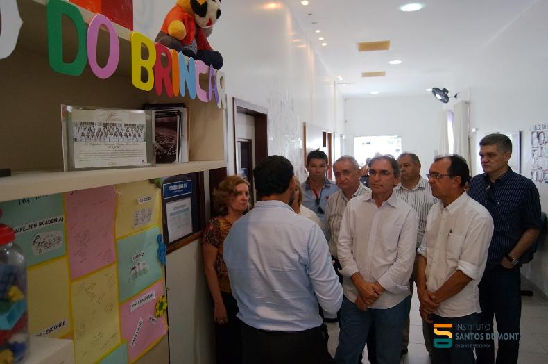 Os visitantes sendo apresentados ao CEPS.