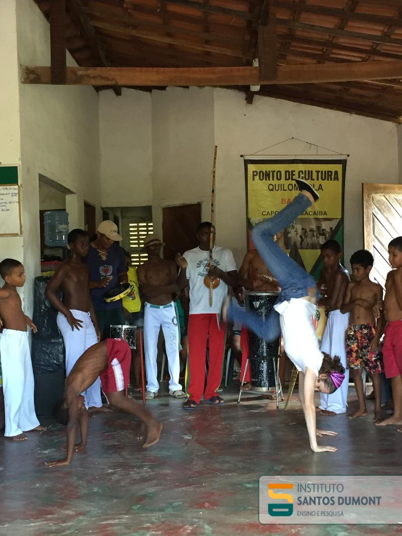 Criança e aluna de medicina participam de roda de capoeira da comunidade quilombola de Capoeiras.