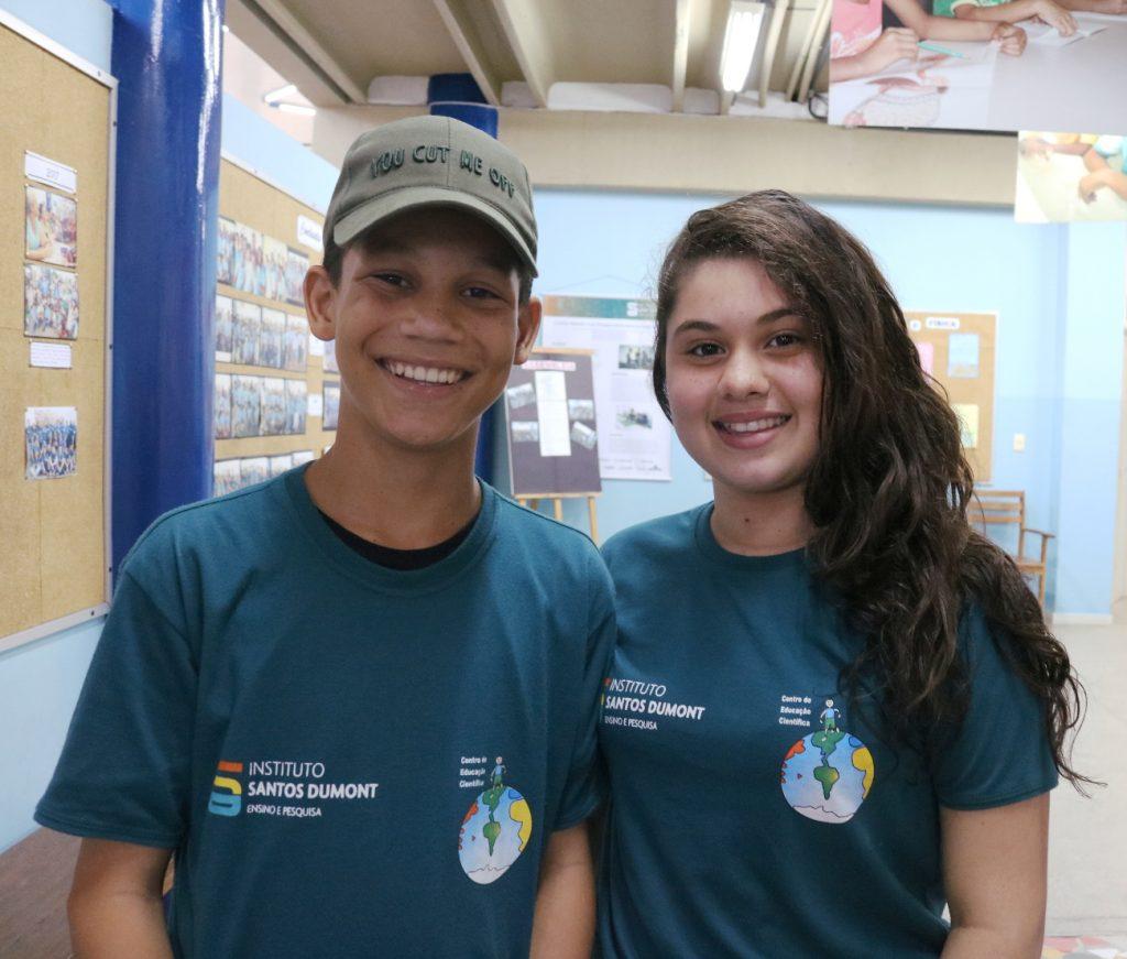 Erick e Nathalia, alunos das oficinas de Ciência e Química e Ciência e Robótica. Foto: Ariane Mondo - Ascom ISD