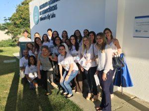 As cientistas convidadas cercadas por parte da equipe do Instituto Santos Dumont após a atividade