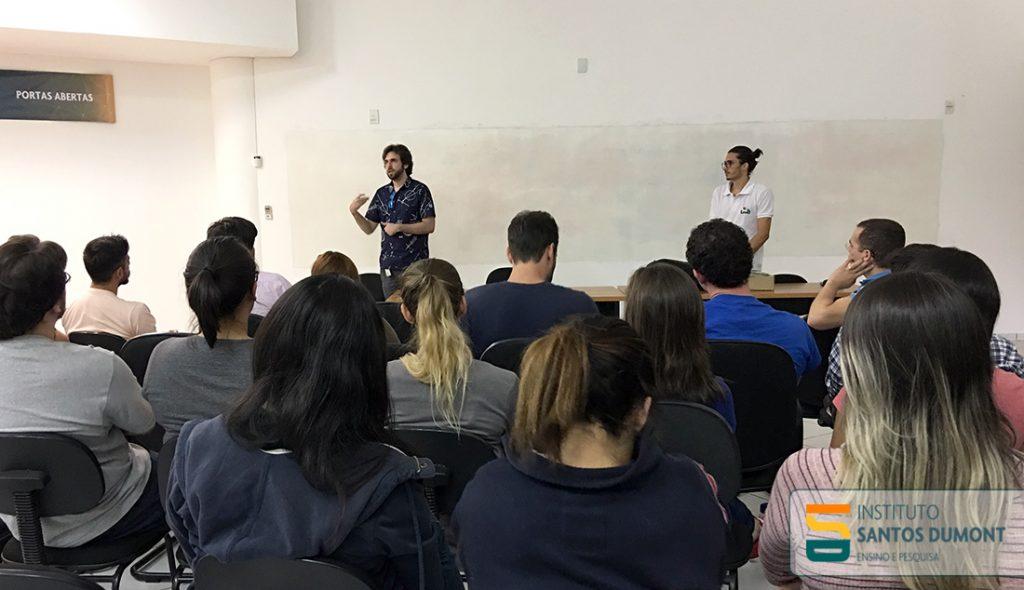 Professor Carlos Eduardo Batista (à esquerda) e o aluno Felipe Alves Araújo (à direita).