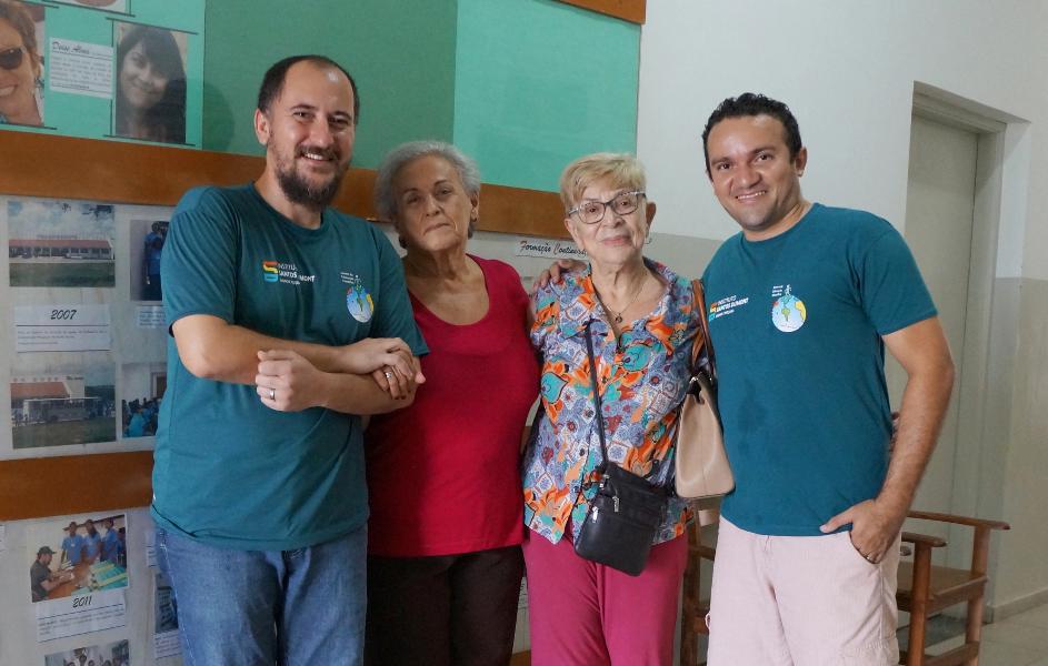 Esméria Rovai com a Diretora dos CECs, Dora Montenegro, o coordenador do CEC Macaíba, Luciano Frois e o assistente da Oficina de Ciência e Arte, Paulo Sérgio.